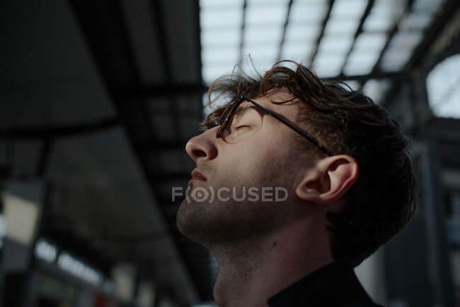 Профиль молодого человека с закрытыми глазами — стоковое фото