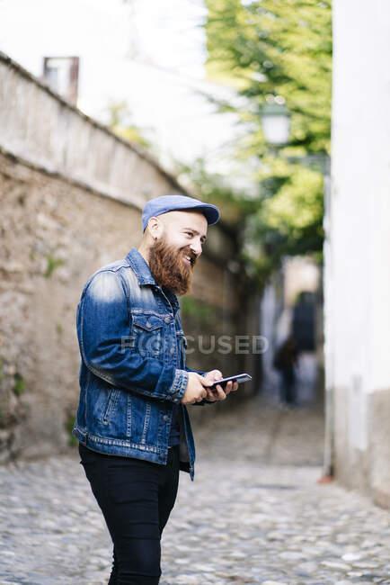 Tourist holding smartphone na cidade, Albaicin, Granada, Espanha — Fotografia de Stock