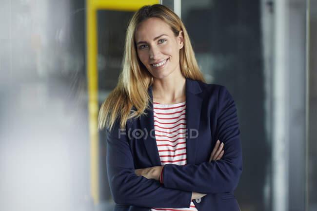 Портрет усміхненого бізнесмена в офісі. — стокове фото