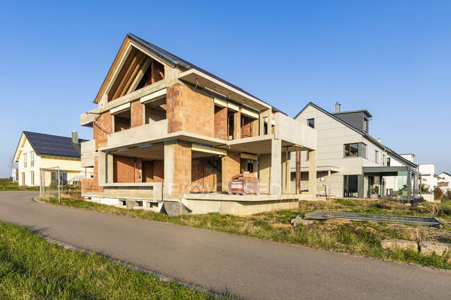 Germany, Baden-Wurttemberg, Waiblingen, Country road in front of modern house under construction — Stock Photo