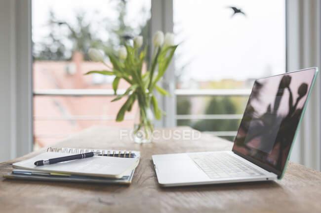 Ordinateur portable et notbooks sur la table à l'intérieur de la maison — Photo de stock