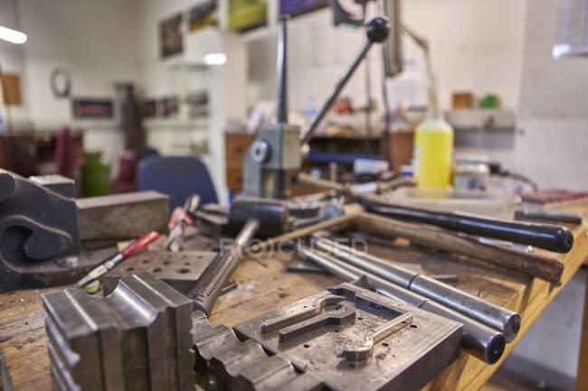 Goldsmith, різні інструменти на робочому місці — стокове фото