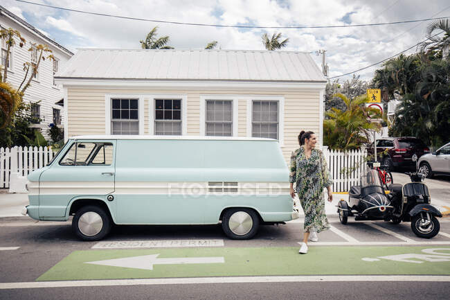 Жінка перетинає дорогу в Кі - Вест (штат Флорида, США). — стокове фото