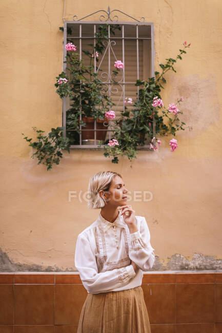 Портрет молодої жінки з закритими очима у білій мереживній блузці. — стокове фото