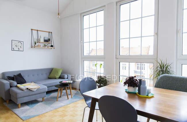 Luminoso salón con grandes ventanales - foto de stock