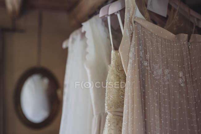Весільні сукні, що висять на колісниці. — стокове фото