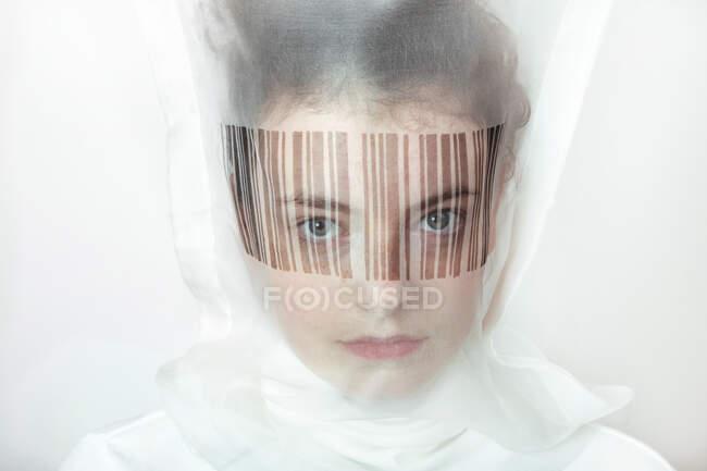 Портрет молодої жінки у прозорій масці з барним кодом — стокове фото