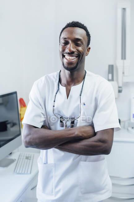 Retrato del dentista feliz en su práctica médica - foto de stock