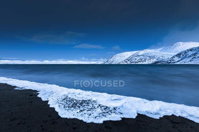 Schiuma congelata, Tanafjorden, Suoidnesuolu, Tana, Norvegia — Foto stock