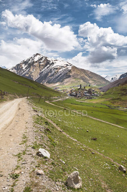 Грузія, Сванеті, Ушулі, брудна дорога, що веде до середньовічного гірського села — стокове фото