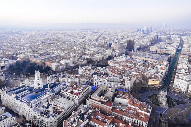 Spagna, Madrid, Veduta in elicottero dell'arco trionfale della Puerta de Alcala e degli edifici circostanti — Foto stock