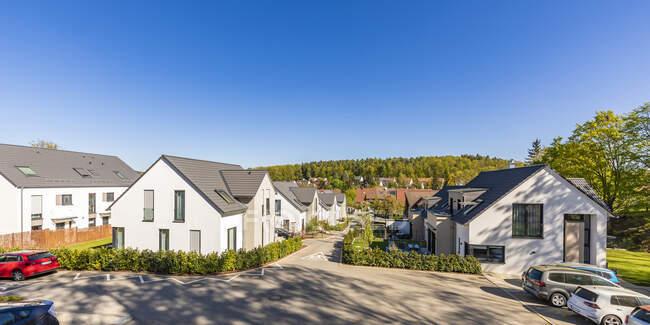 Germany, Baden-Wurttemberg, Leinfelden-Echterdingen, Clear sky over modern suburb — Stock Photo