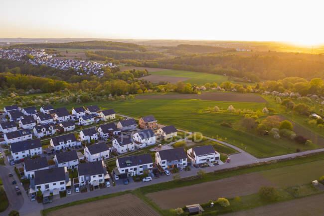 Германия, Баден-Вюртемберг, Вайблинген, Вид с воздуха на современный пригород на закате — стоковое фото