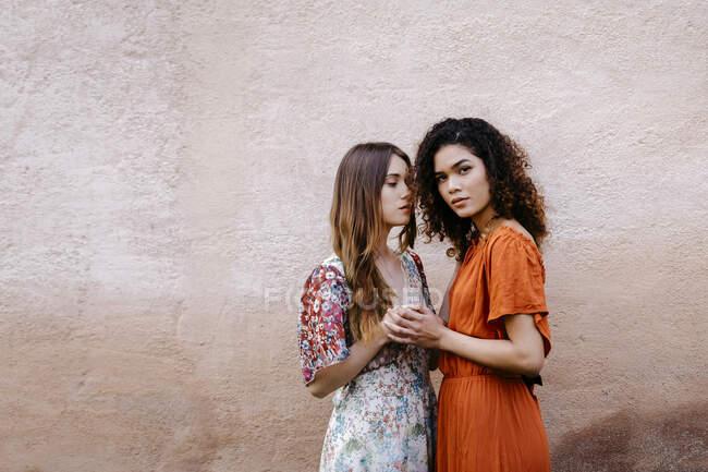 Portrait de deux jeunes femmes tenant la main — Photo de stock