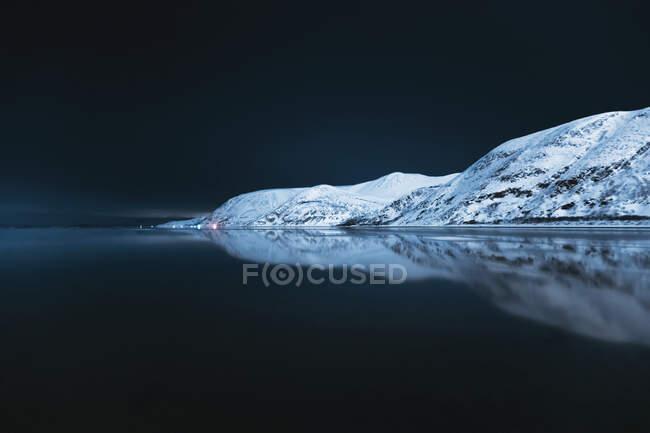 Гірський ланцюг, що відбивається в Танафьордені, Суйднесуолу, Тана, Норвегія. — стокове фото