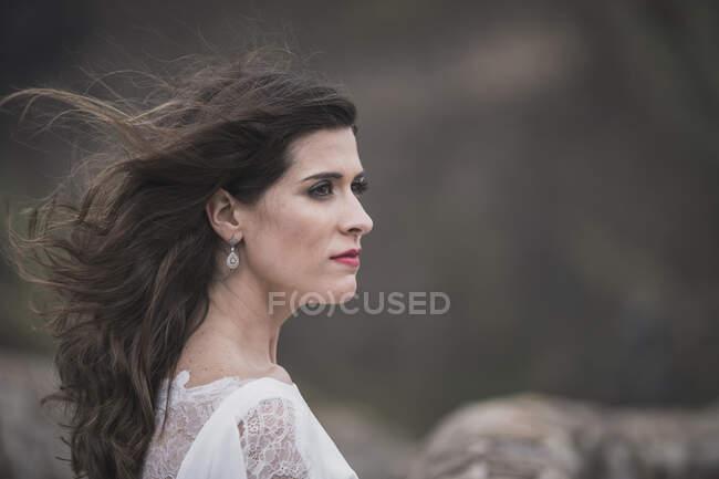 Retrato de novia mirando hacia los lados - foto de stock