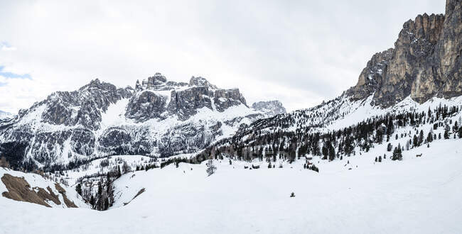 Italia, Trentino, Panorama escénico del macizo nevado de Sella Ronda - foto de stock