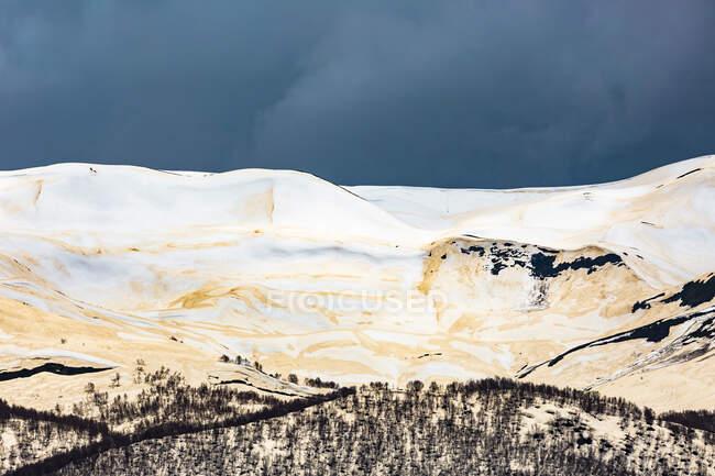 Джорджія, Сванеті, Ушулі, білі засніжені вершини Центрального Кавказу. — стокове фото