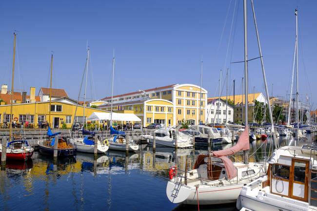 Dinamarca, Copenhague, Varios barcos amarrados a lo largo del canal Christianshavn - foto de stock