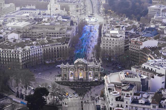 Spagna, Madrid, Veduta in elicottero della Puerta de Alcala e folla di persone che partecipano alla maratona di San Silvestro Vallecana — Foto stock