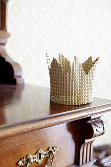Картонна корона на комоді. — стокове фото
