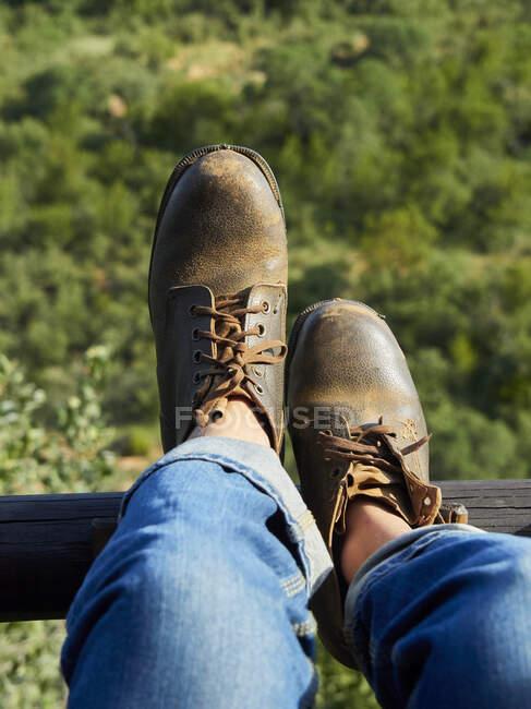 Homem usando sapatos de couro velho, vista parcial — Fotografia de Stock