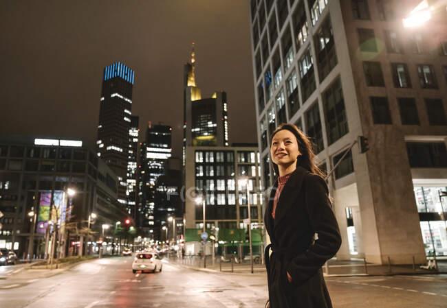 Молода жінка вночі переходила вулицю в місті Франкфурт (Німеччина). — стокове фото