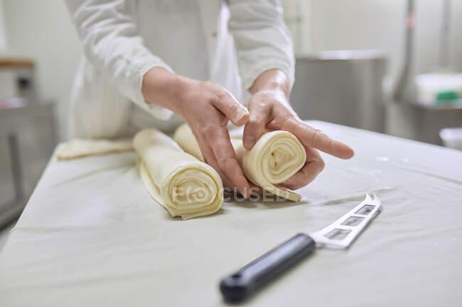 Producción de queso, trabajadora de queso laminado, queso laminado en capas - foto de stock