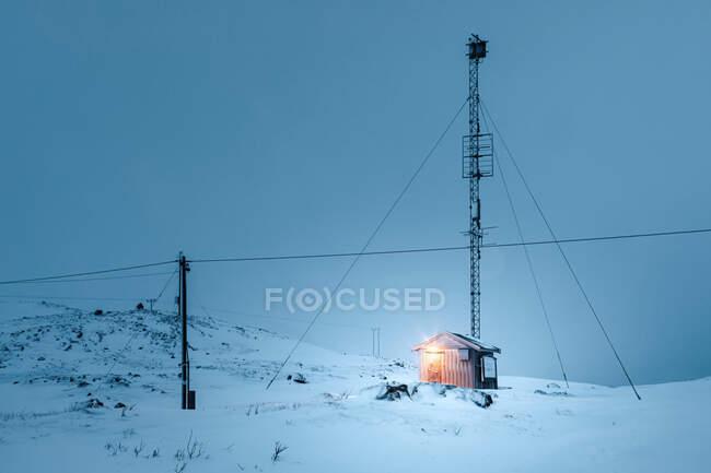 Cabaña de madera en noche polar, Kvaloya, Tromso, Noruega - foto de stock