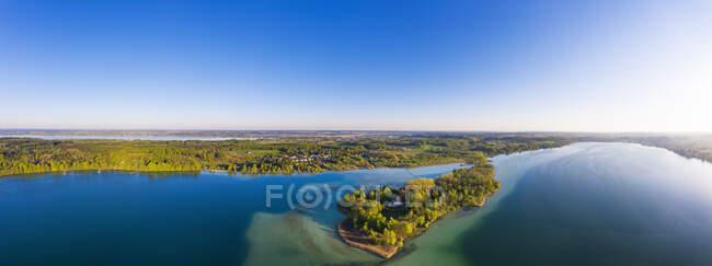 Німеччина, Баварія, Іннінг-ам-Аммерсі, панорама ясного неба над лісовим узбережжям острова Ворт. — стокове фото