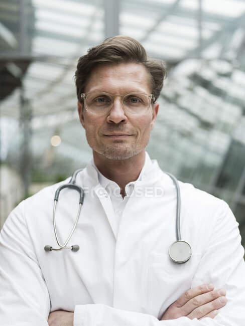 Ritratto di medico con stetoscopio, in piedi in atrio — Foto stock