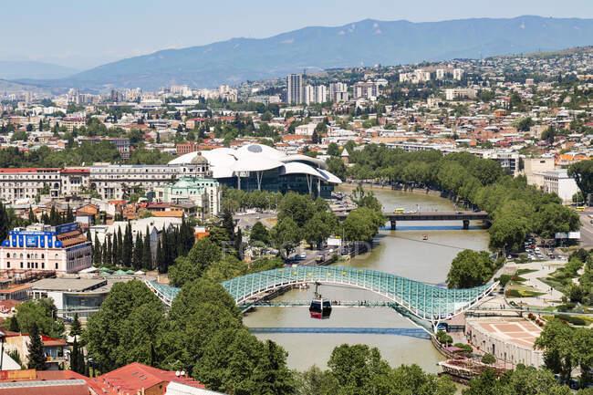 Міст миру через річку Кура проти міста Тбілісі (Грузія). — стокове фото
