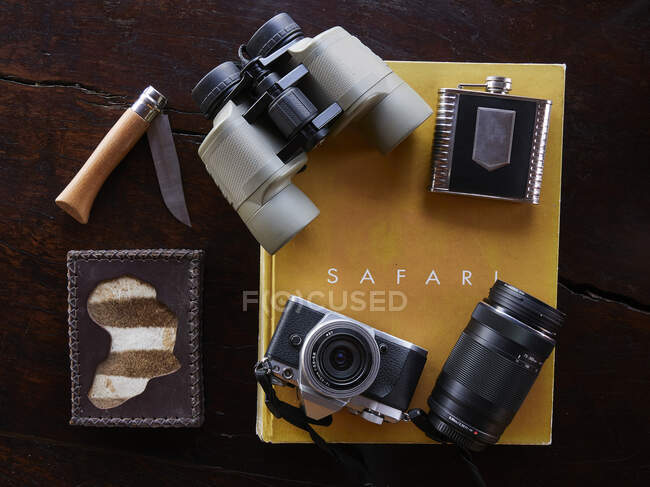 Old camera and a vintage photo of a film slr cameras on a wooden background. — Stock Photo