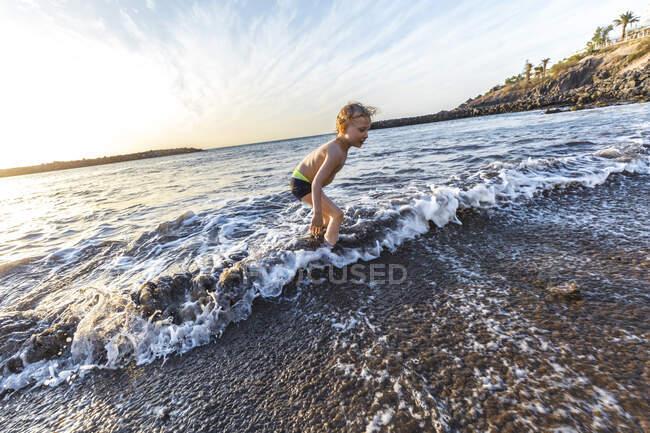 Ragazzo che gioca sul lungomare, Adeje, Tenerife, Isole Canarie, Spagna — Foto stock
