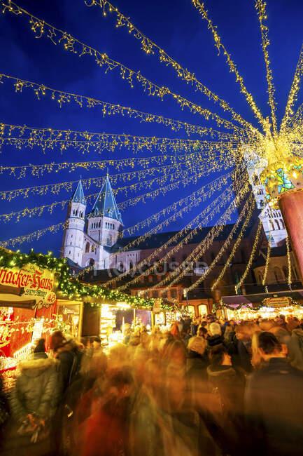 Alemania, Renania-Palatinado, Maguncia, Crowded mercado de Navidad por la noche - foto de stock