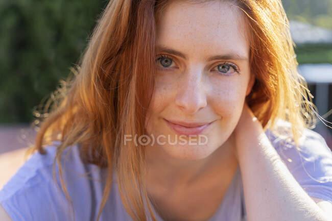 Retrato de mujer pelirroja mirando a la cámara - foto de stock