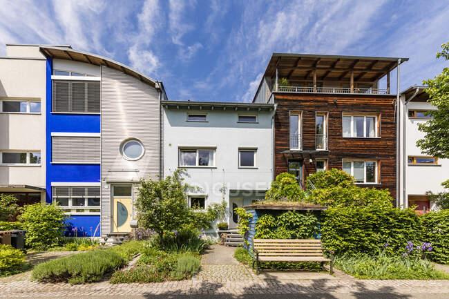 Germany, Baden-Wurttemberg,FreiburgimBreisgau, Row of modern suburb houses in spring — Stock Photo
