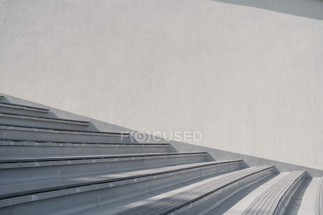 Parede branca e escadas cinza no estádio — Fotografia de Stock