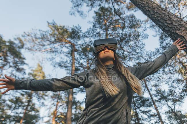 Junge Frau mit VR-Brille in der Natur — Stockfoto