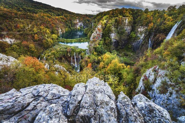 Croacia, Paisaje escénico del Parque Nacional de los Lagos de Plitvice en otoño - foto de stock