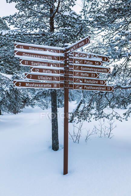 Señalización en invierno, Ounasjaervi, Hetta, Enontekioe, Finlandia - foto de stock
