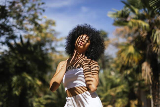 Портрет молодої жінки з тінню на тілі. — стокове фото