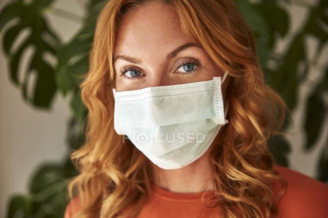 Портрет рудої жінки у захисній масці. — стокове фото