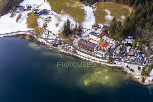 Vista aerea sul fiume. il drone sparato dalla cima della barca. la natura del — Foto stock