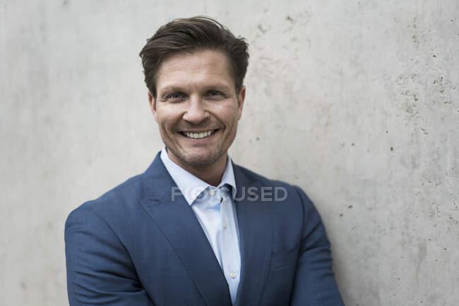 Retrato de un exitoso y sonriente hombre de negocios - foto de stock