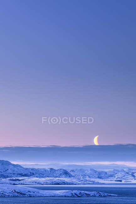 Mattina con la luna in inverno, Lebesby, Lakse Fjord, Norvegia — Foto stock