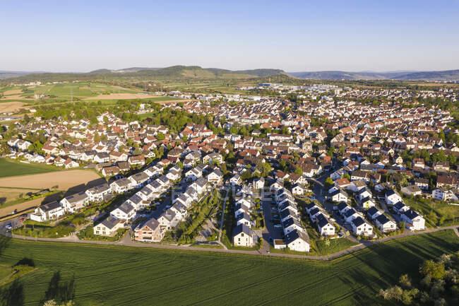 Германия, Баден-Вюртемберг, Вайблинген, Вид с воздуха на современный пригород — стоковое фото