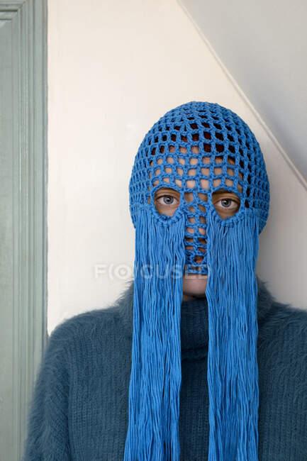 Портрет молодої жінки, одягненої в крокетний синій головний убір з опорами. — стокове фото