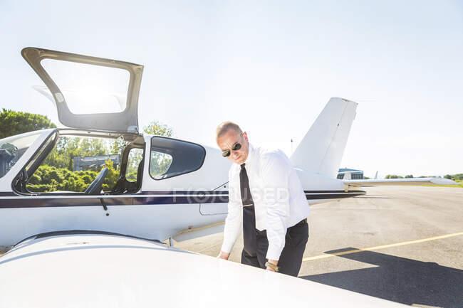 Пілот перед польотом перевіряє літак. — стокове фото