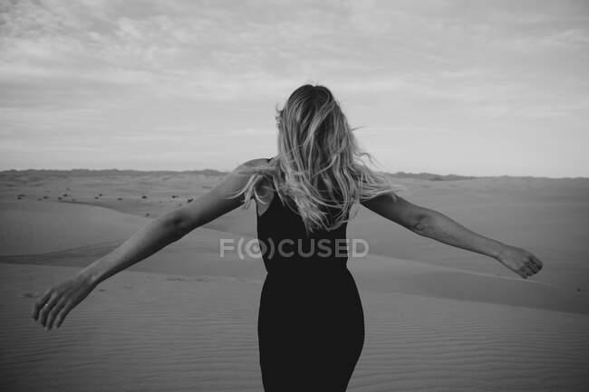 Погляд на біляву жінку в пустелі, Algodones Dunes, Brawley, USA — стокове фото